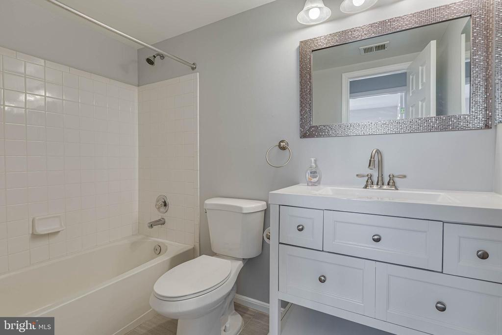 Updated Hall Bath - 13808 CROSSTIE DR, GERMANTOWN