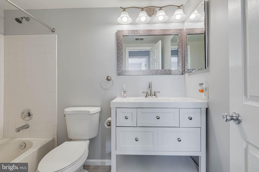 Hall Bath - 13808 CROSSTIE DR, GERMANTOWN