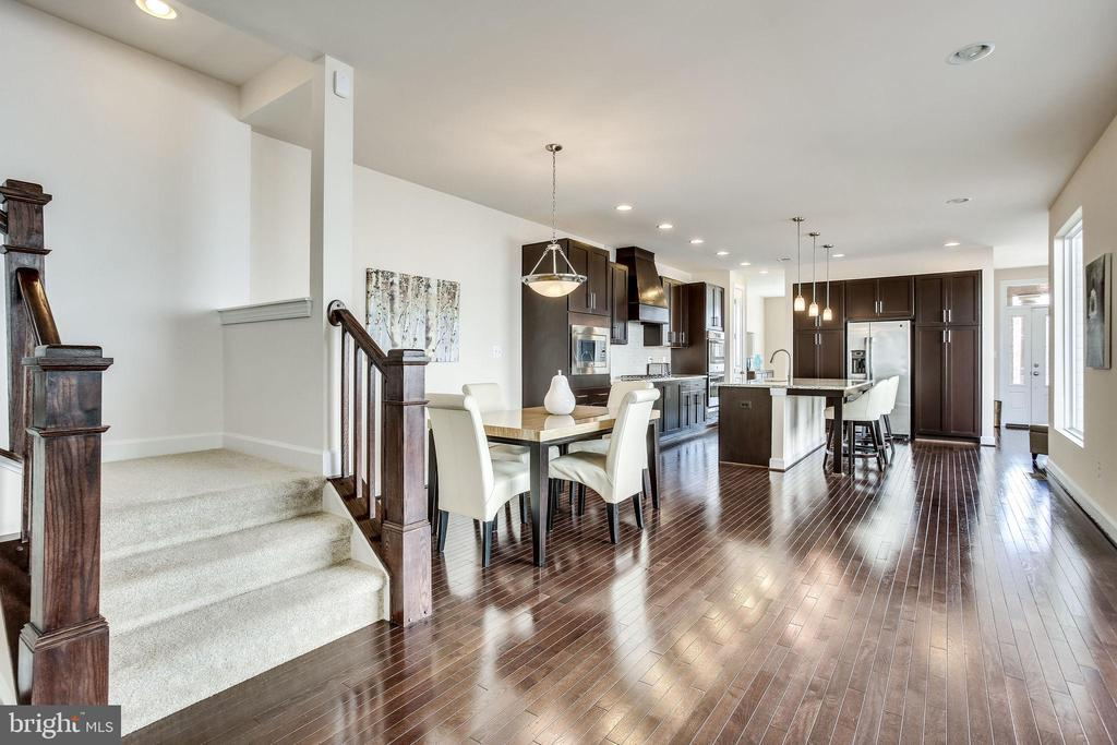 Be spoiled by this wide L-shaped staircase - 44536 STEPNEY DR, ASHBURN