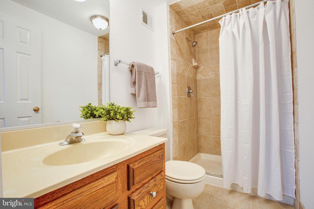Private master bath - 304 SEDGWICK CT, STAFFORD