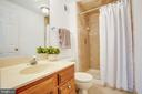 Private master bath - 304 SEDGWICK CT, STAFFORD