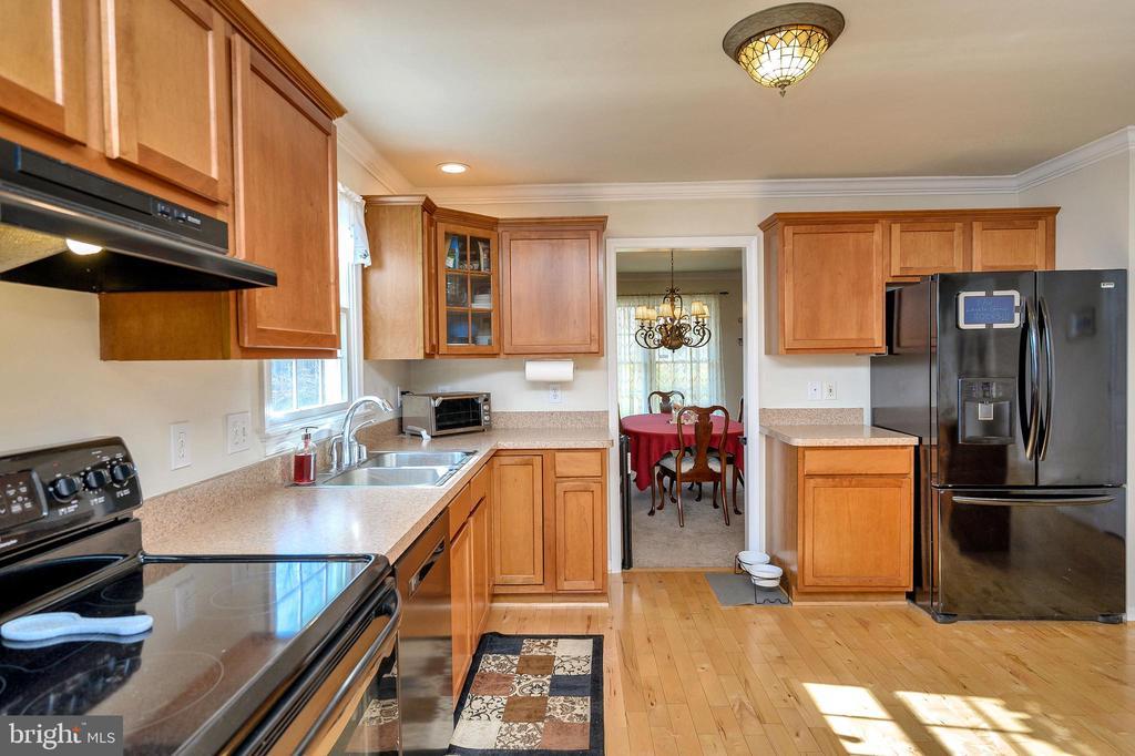 Nice  appliances and gleaming hardwood floors. - 200 SAND TRAP LN, LOCUST GROVE