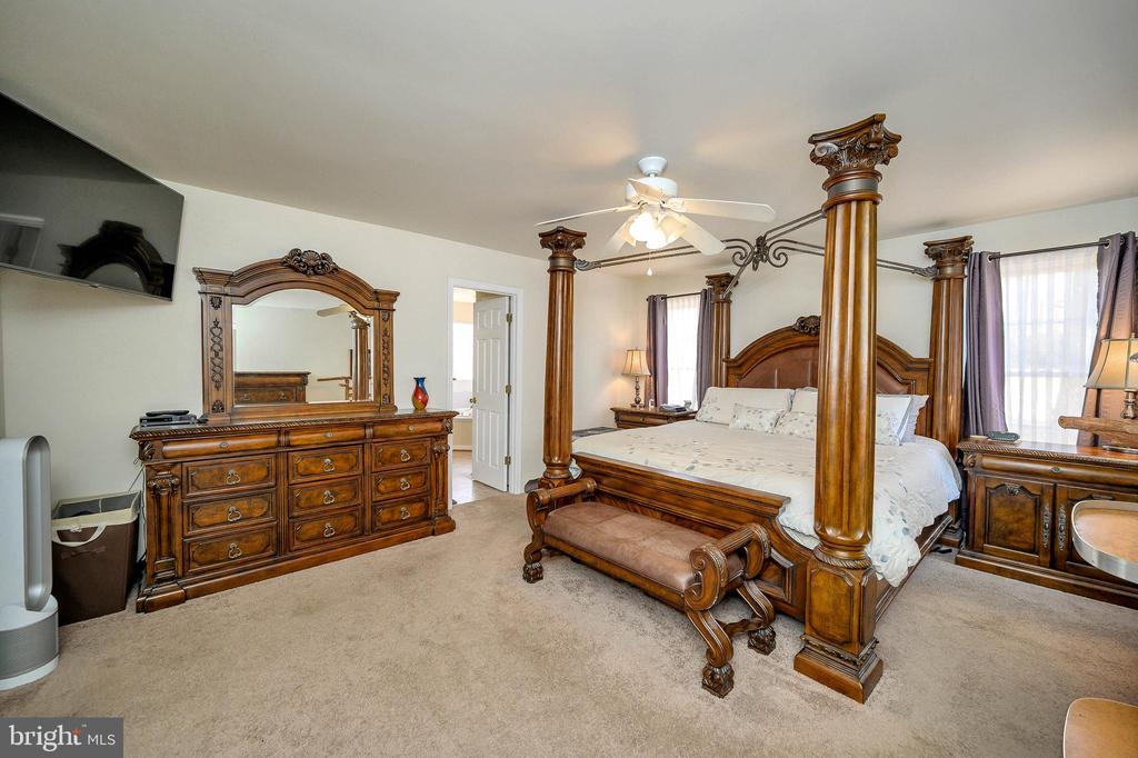 Fabulous Master Suite w/ his and her closets. - 200 SAND TRAP LN, LOCUST GROVE