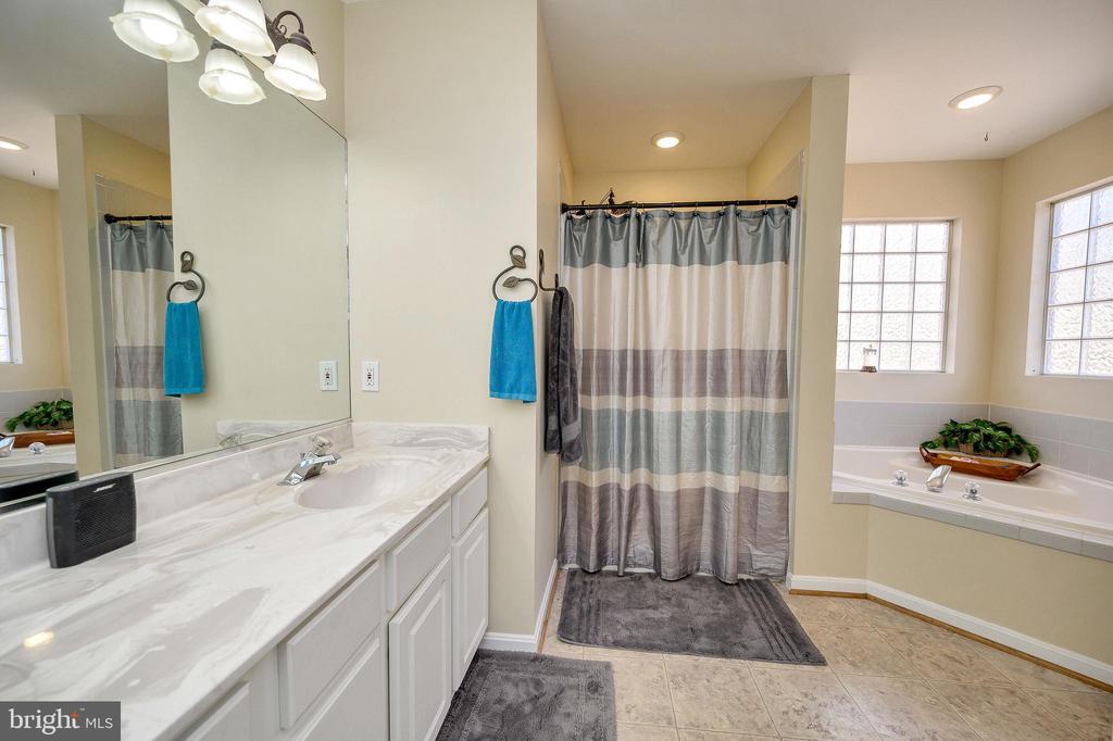 On suite bathroom w/ soaking tub, double vanity. - 200 SAND TRAP LN, LOCUST GROVE