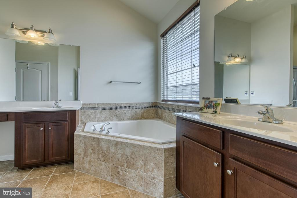 Master Bath - 4 LAMPLIGHTER LN, STAFFORD