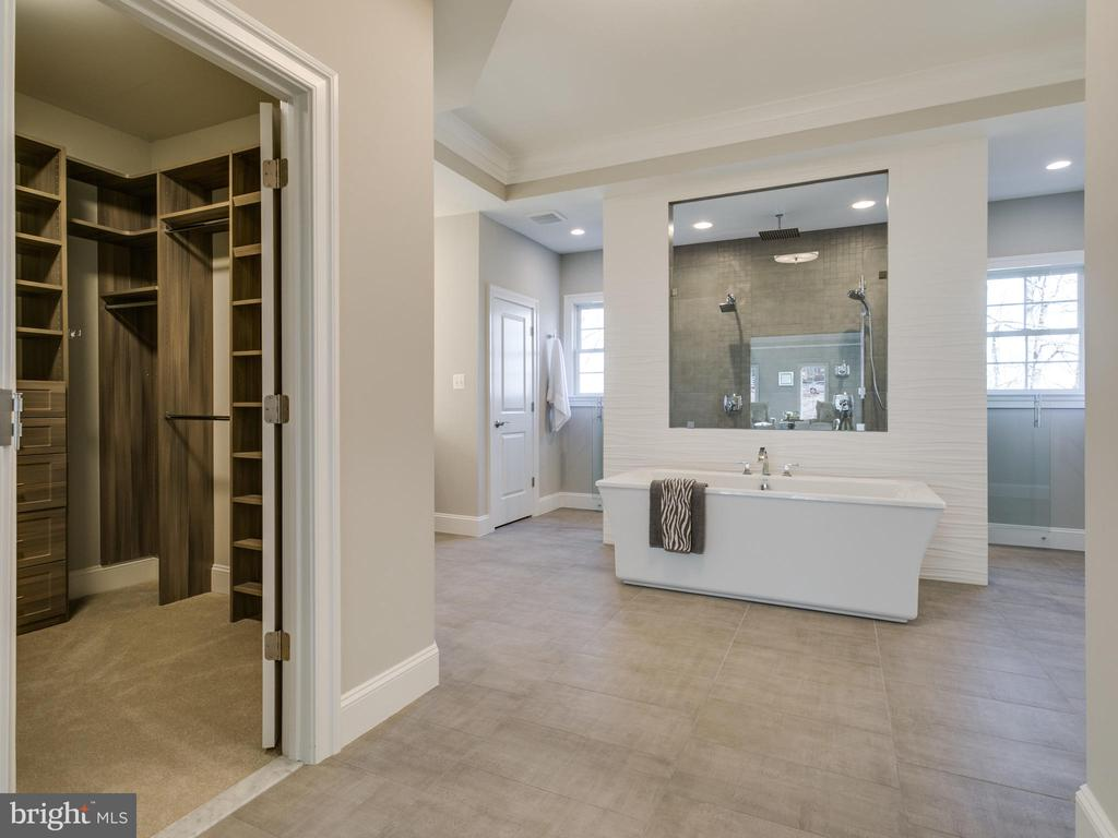 Separate water closet and large walk-in closet - 9978 BLACKBERRY LN, GREAT FALLS
