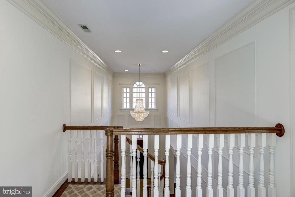 paneled walls add a refined touch to the foyer - 3818 N RANDOLPH CT, ARLINGTON