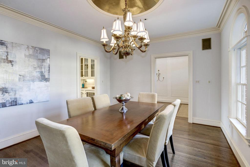 traditional dining room with striking medallion - 3818 N RANDOLPH CT, ARLINGTON