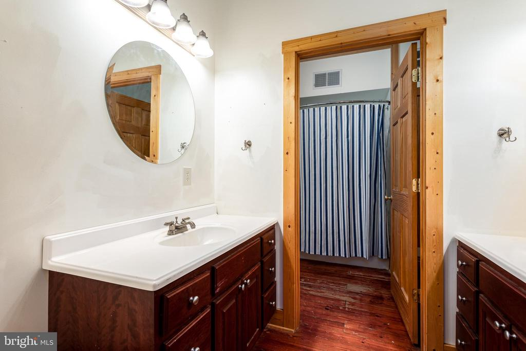 Upper level FB for bedrooms 3 & 4, double vanities - 33150 HUMMINGBIRD LN, LOCUST GROVE