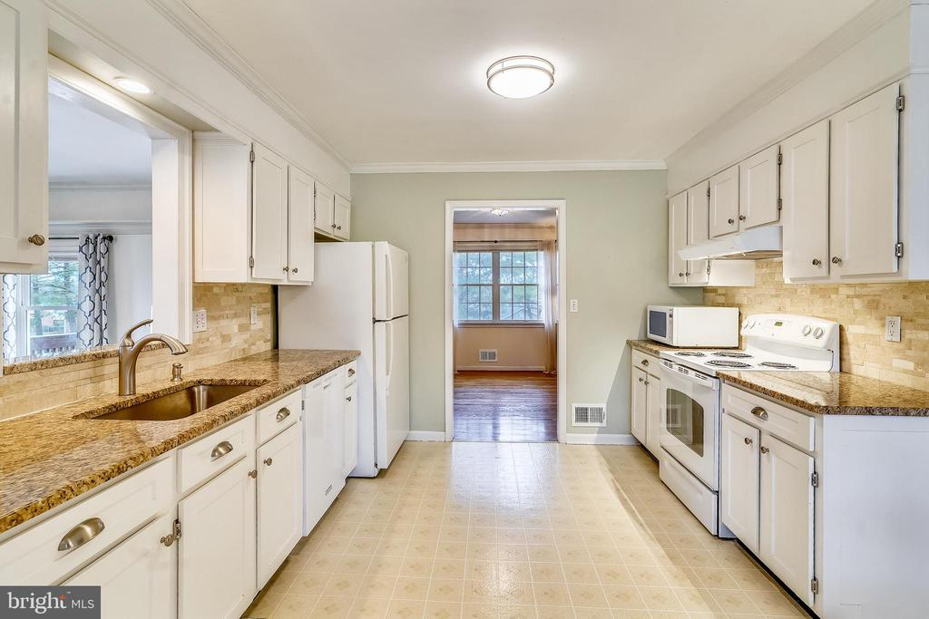 Remodeled Kitchen with granite counters - 24624 RIDGE RD, DAMASCUS