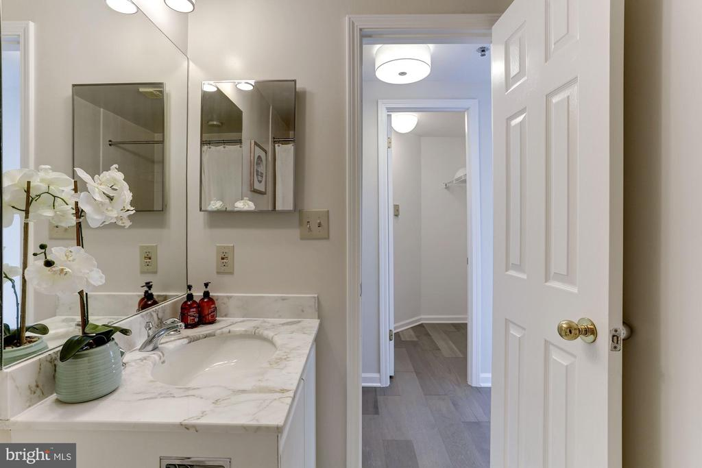 Second bedroom en-suite bath - 5600 WISCONSIN AVE #902, CHEVY CHASE