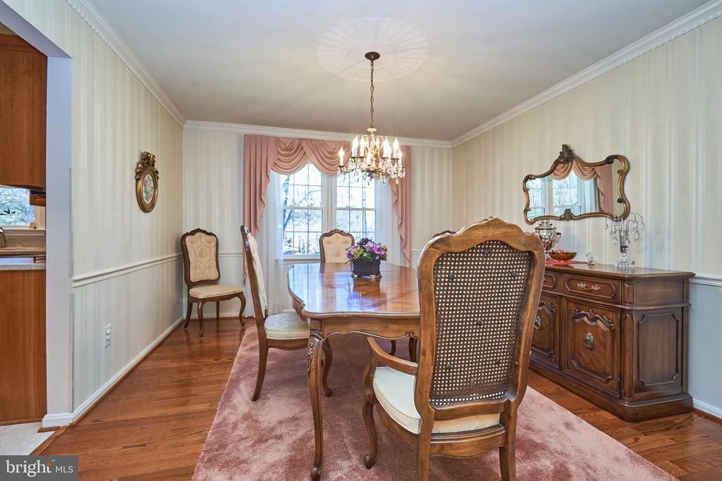 Formal dining room with chair rail - 914 ROLLING HOLLY DR, GREAT FALLS