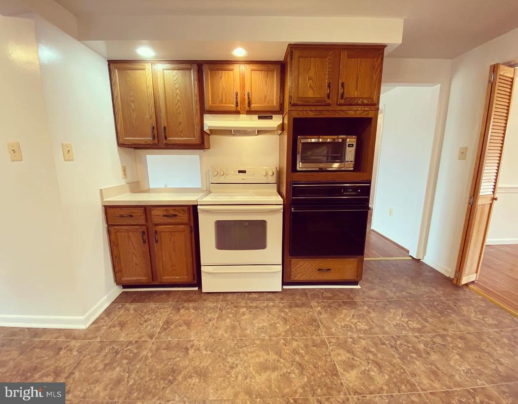 Kitchen off Dining w/Peek-Through to Family Room - 424 PEMBROKE WAY, CHARLES TOWN
