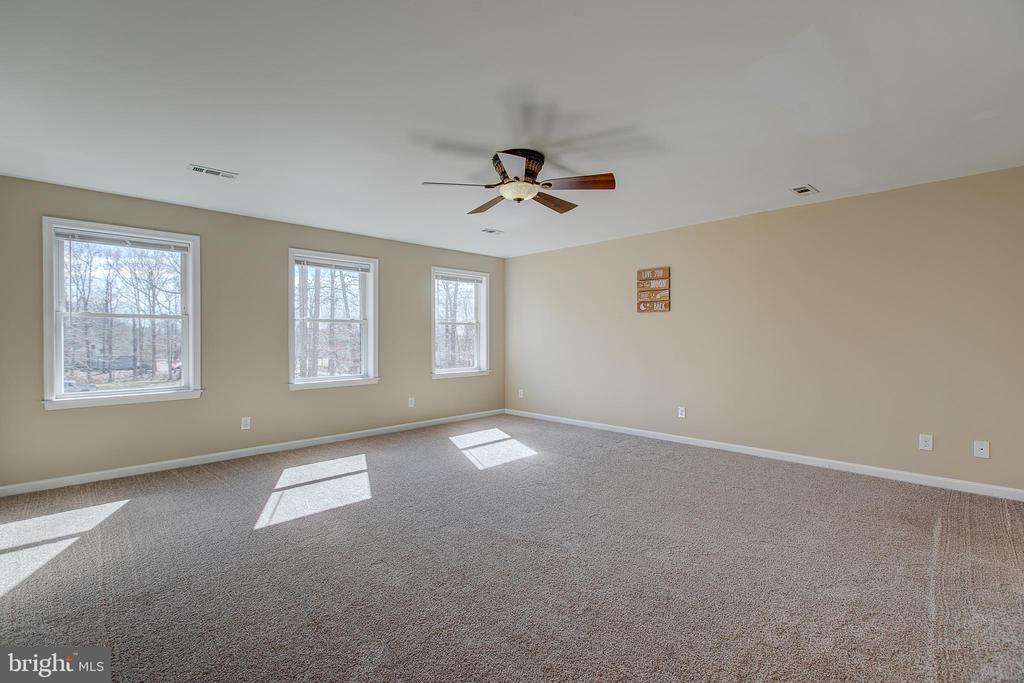 Master bedroom with ceiling fan - 11 LINDSEY LN, STAFFORD