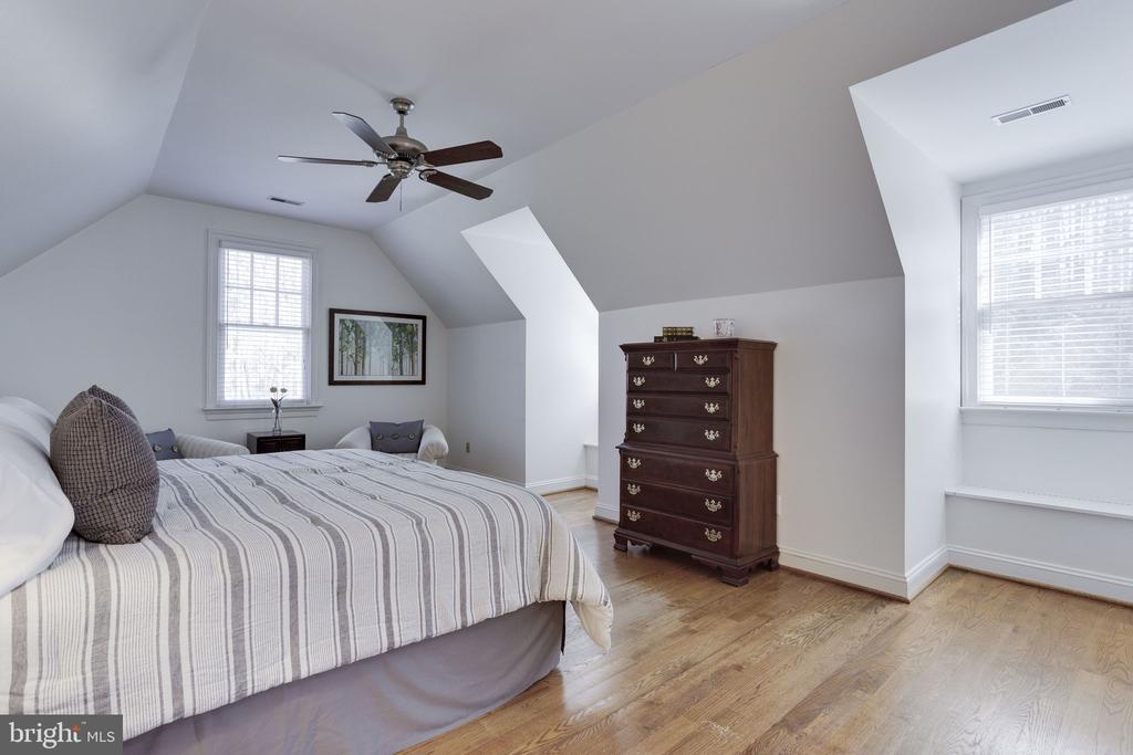 4th Bedroom Suite - 912 PEACOCK STATION RD, MCLEAN