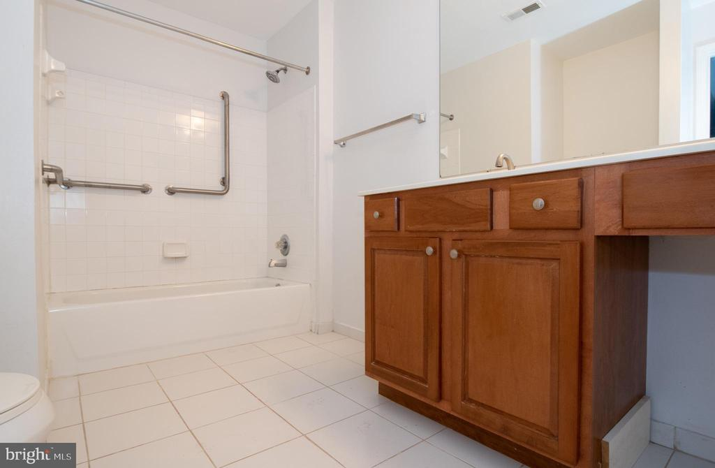Master bathroom - 18310 FEATHERTREE WAY #102-288, GAITHERSBURG