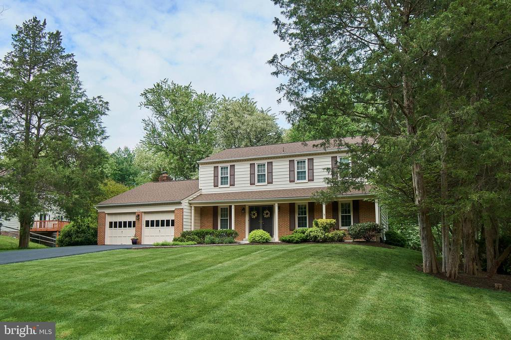 Professionally landscaped - 914 ROLLING HOLLY DR, GREAT FALLS