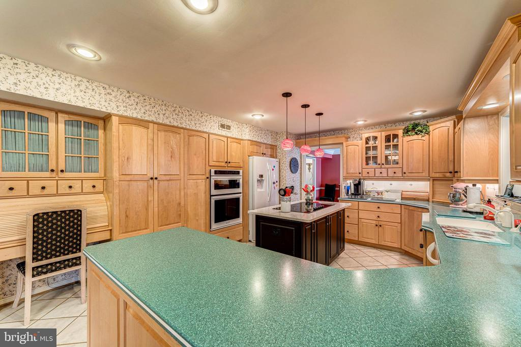 Plenty of counter space and a desk too. - 7804 WINDY POINT CT, SPRINGFIELD