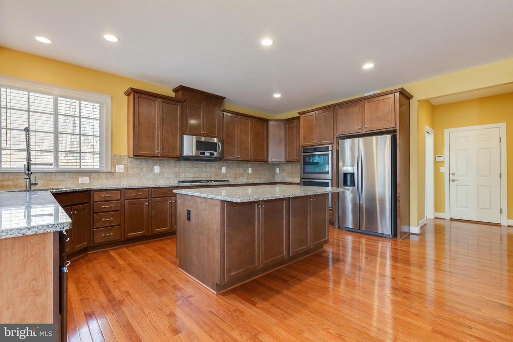 Large Island and Granite Counters - 15879 FROST LEAF LN, LEESBURG