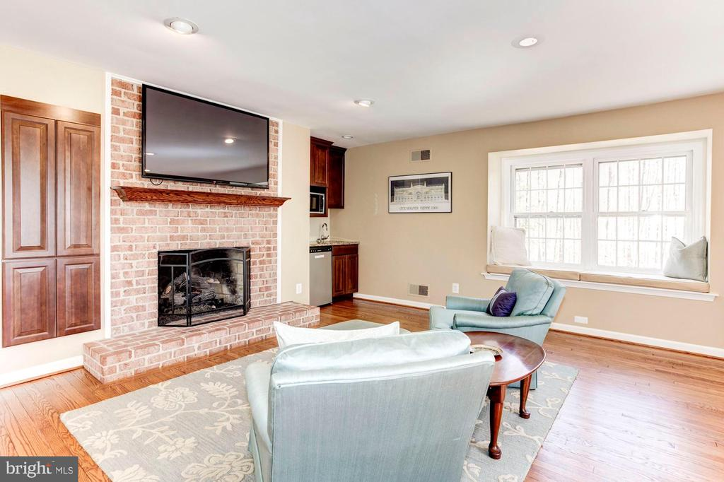 The second floor guest suite w/gas fireplace. - 11726 WINTERWAY LN, FAIRFAX STATION