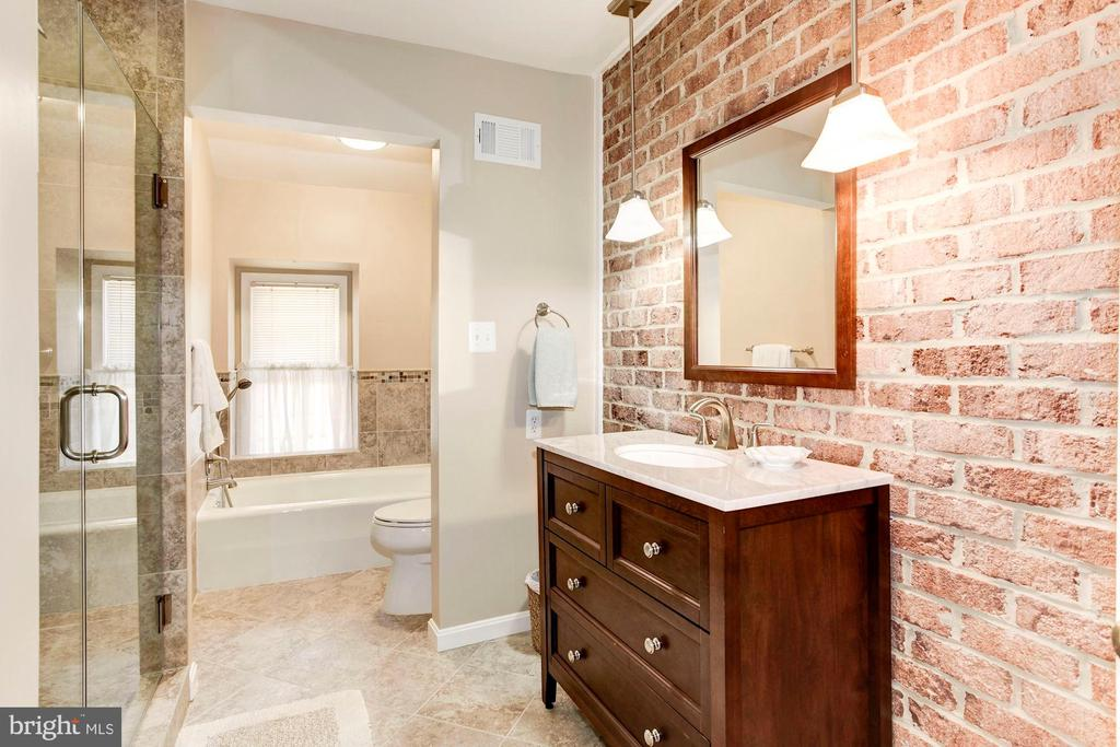 The second floor guest suite full bath. - 11726 WINTERWAY LN, FAIRFAX STATION