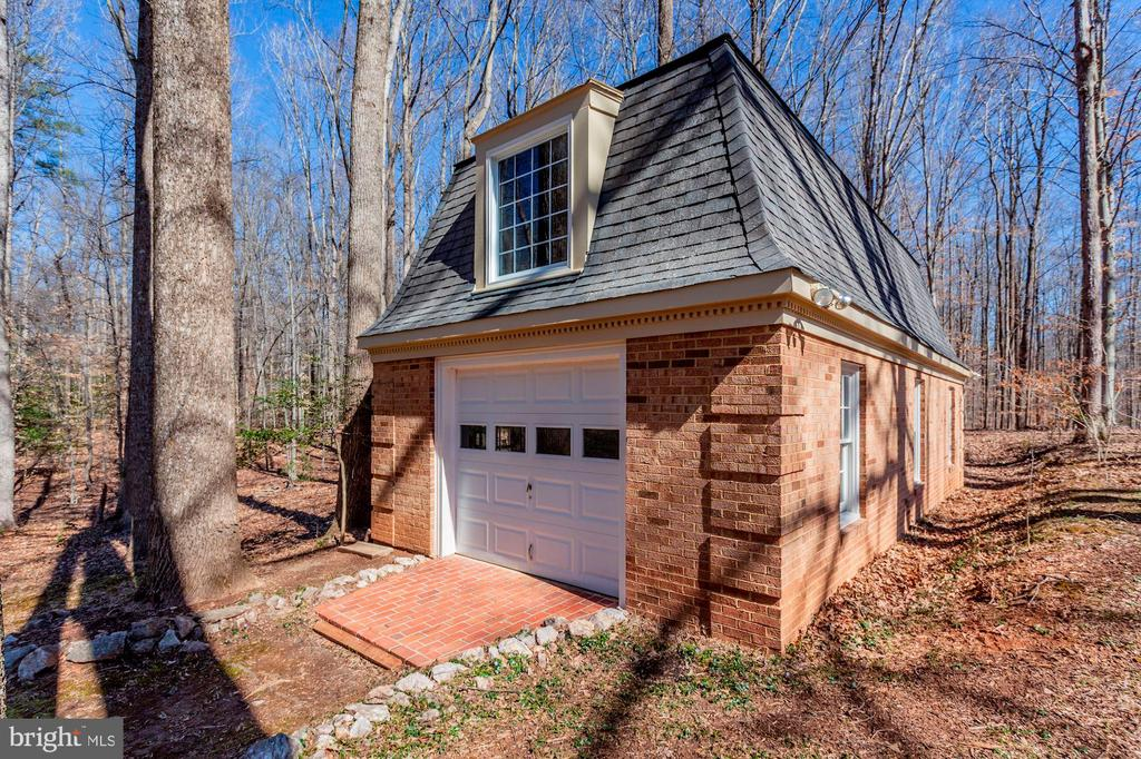 Separate brick out building w/garage entry. - 11726 WINTERWAY LN, FAIRFAX STATION