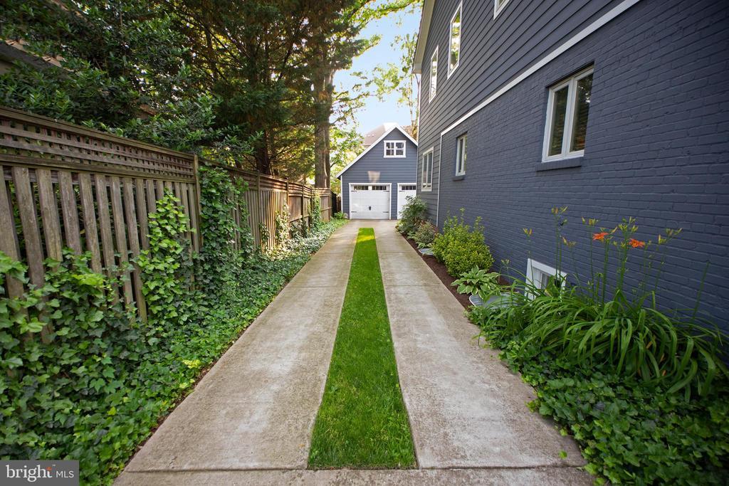 Side driveway - 3006 N TUCKAHOE ST, ARLINGTON