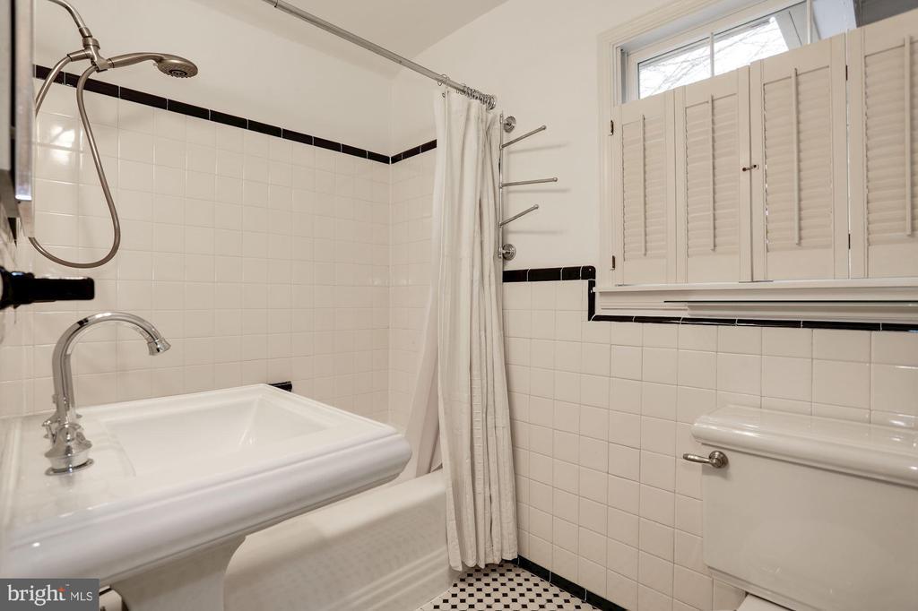 Upstair Bathroom - 2625 N QUANTICO ST, ARLINGTON