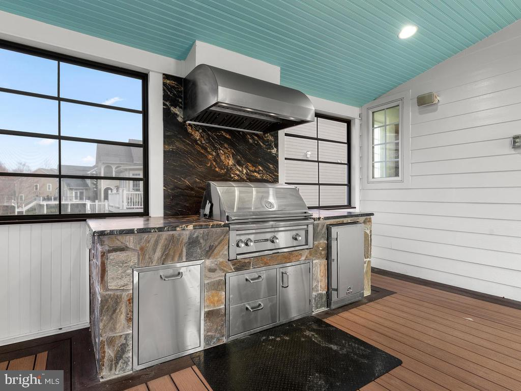 Top of the Line Outdoor Kitchen w/ Lynx Grill - 21826 ENGLESIDE PL, BROADLANDS