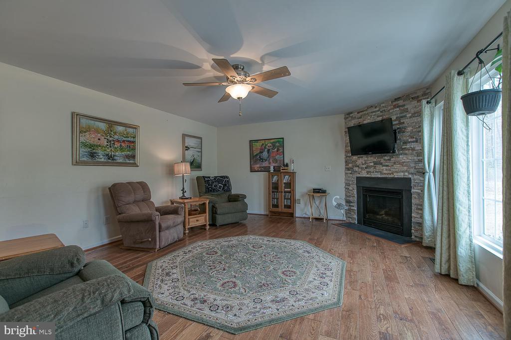 Spacious family room! - 1121 WHITE OAK RD, FREDERICKSBURG