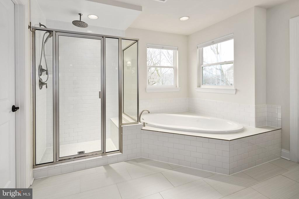 Owners Bath - 1944 BURFOOT ST, FALLS CHURCH