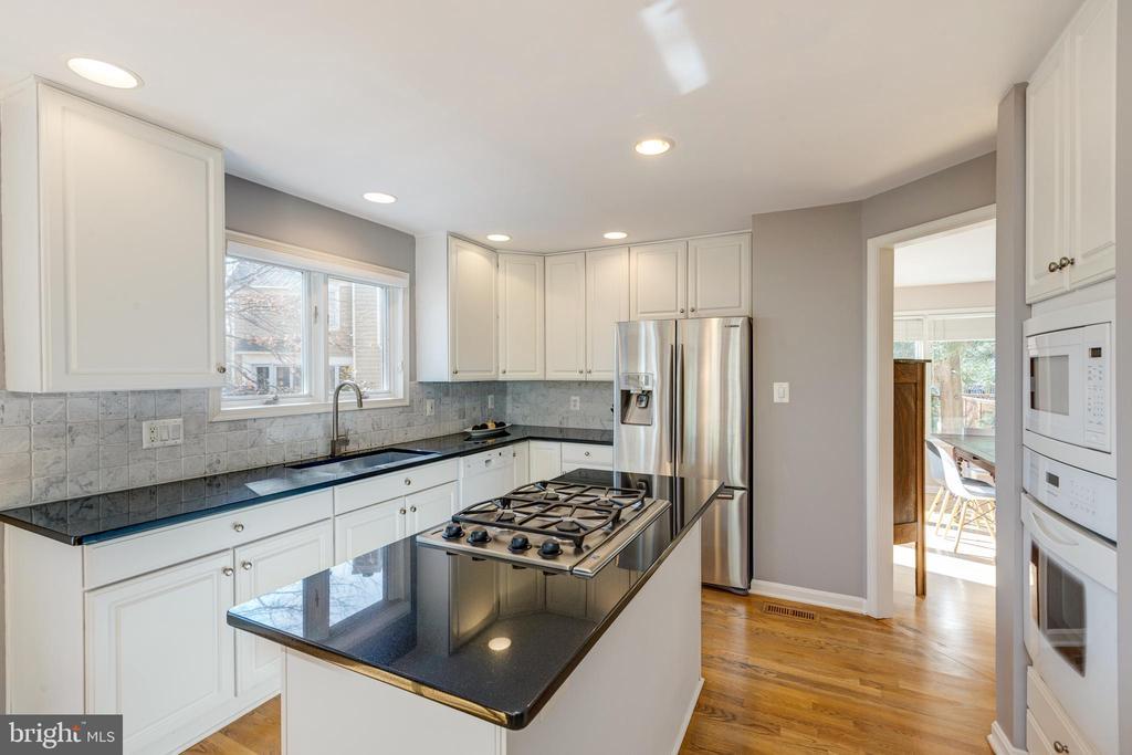 User friendly kitchen layout=happier homeowners - 11205 PAVILION CLUB CT, RESTON