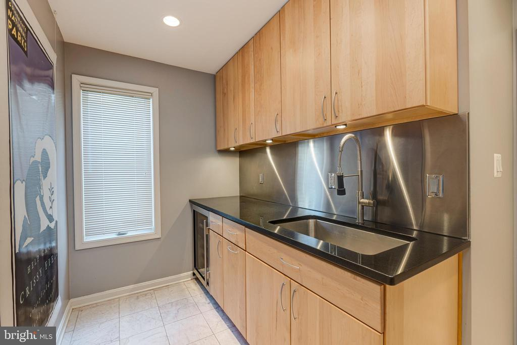 Butler's pantry / mudroom off of kitchen - 11205 PAVILION CLUB CT, RESTON
