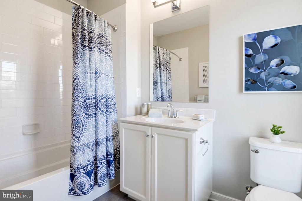 Guest bathroom - 42388 SOAVE DR, BRAMBLETON