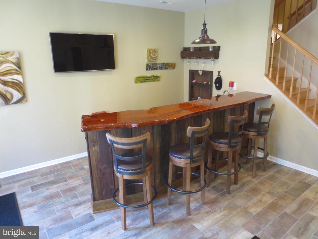 Custom bar; four stools convey - 10623 LEGACY LN, FAIRFAX