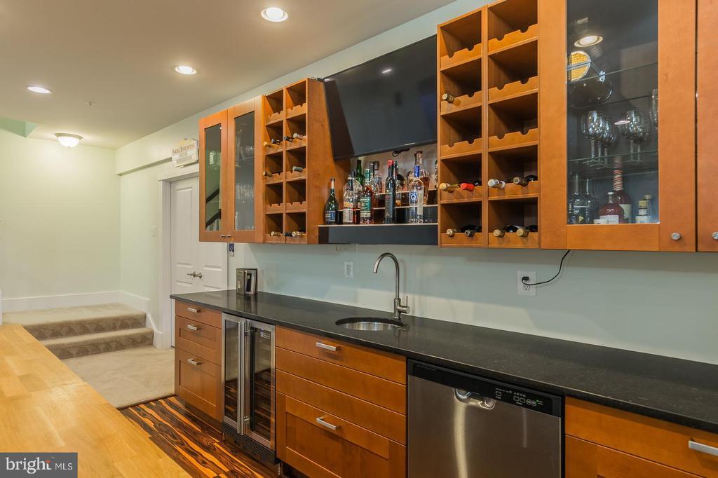 Basement wet bar - TV conveys - 17013 SILVER ARROW DR, DUMFRIES