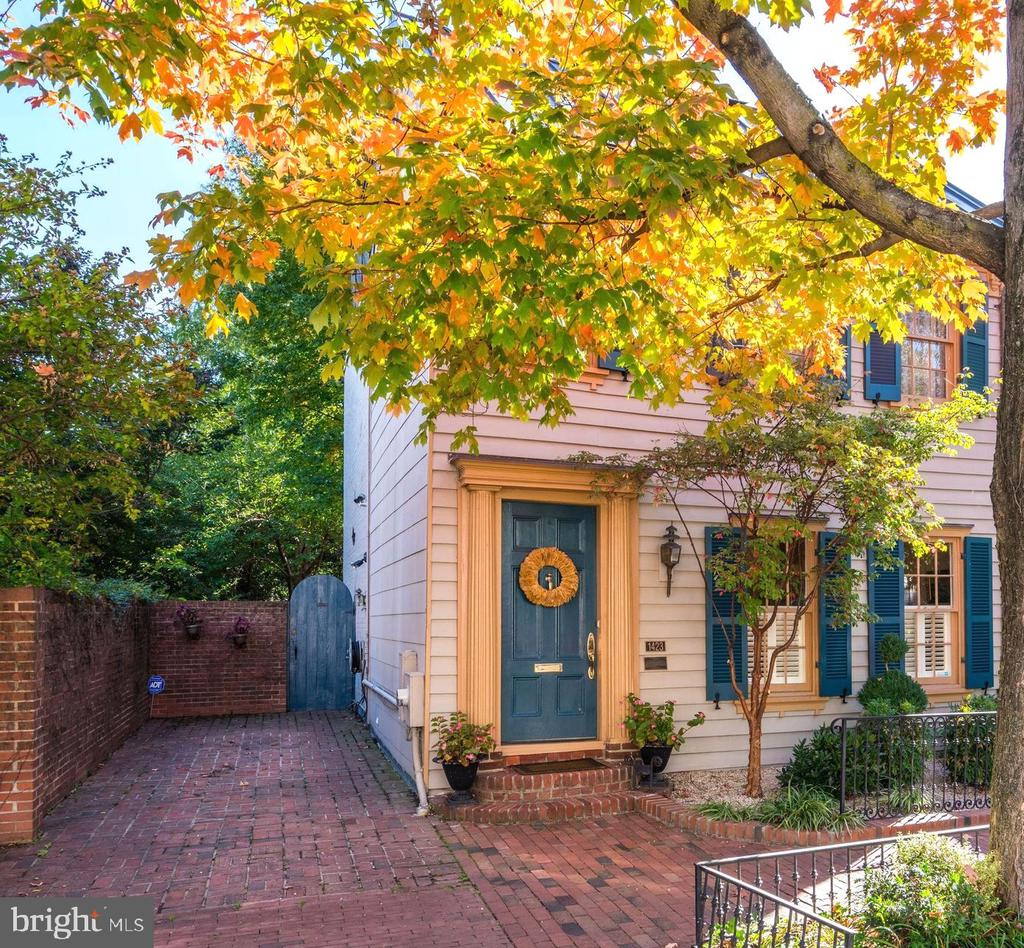 Renovated, historic home with 2-car parking. - 1423 36TH ST NW, WASHINGTON