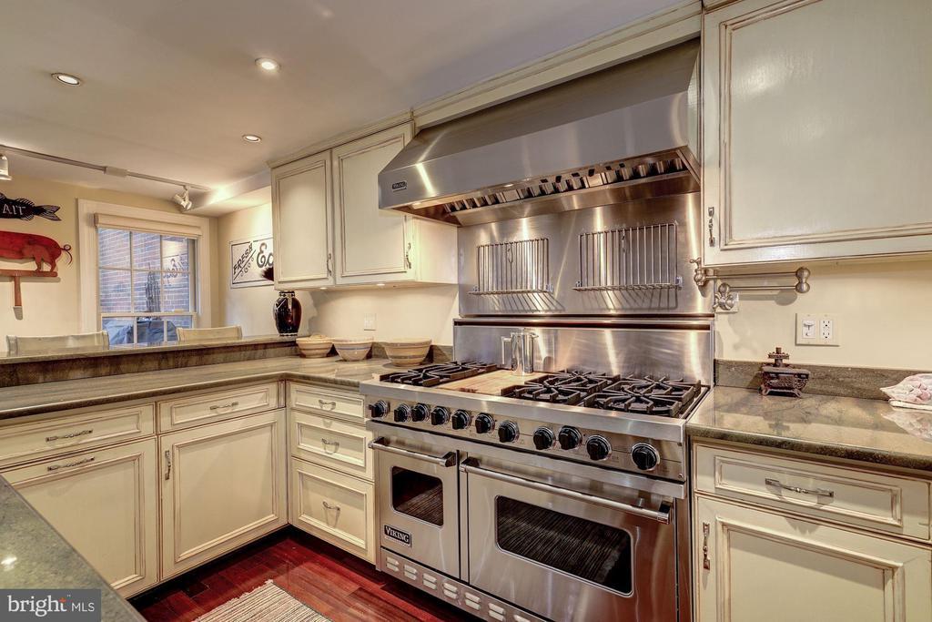 Gourmet kitchen features Viking appliances. - 1423 36TH ST NW, WASHINGTON