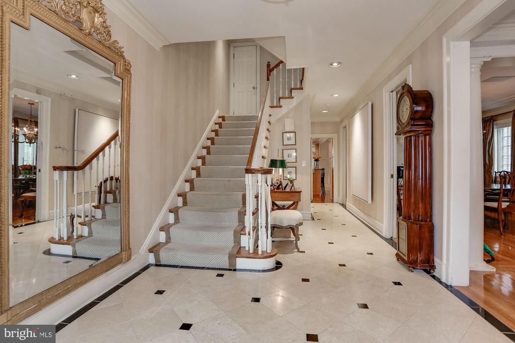 Beautiful Staircase - 2426 NW TRACY PL NW, WASHINGTON