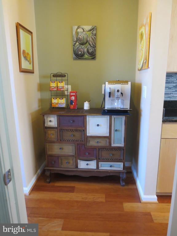 Butler's pantry - 10623 LEGACY LN, FAIRFAX