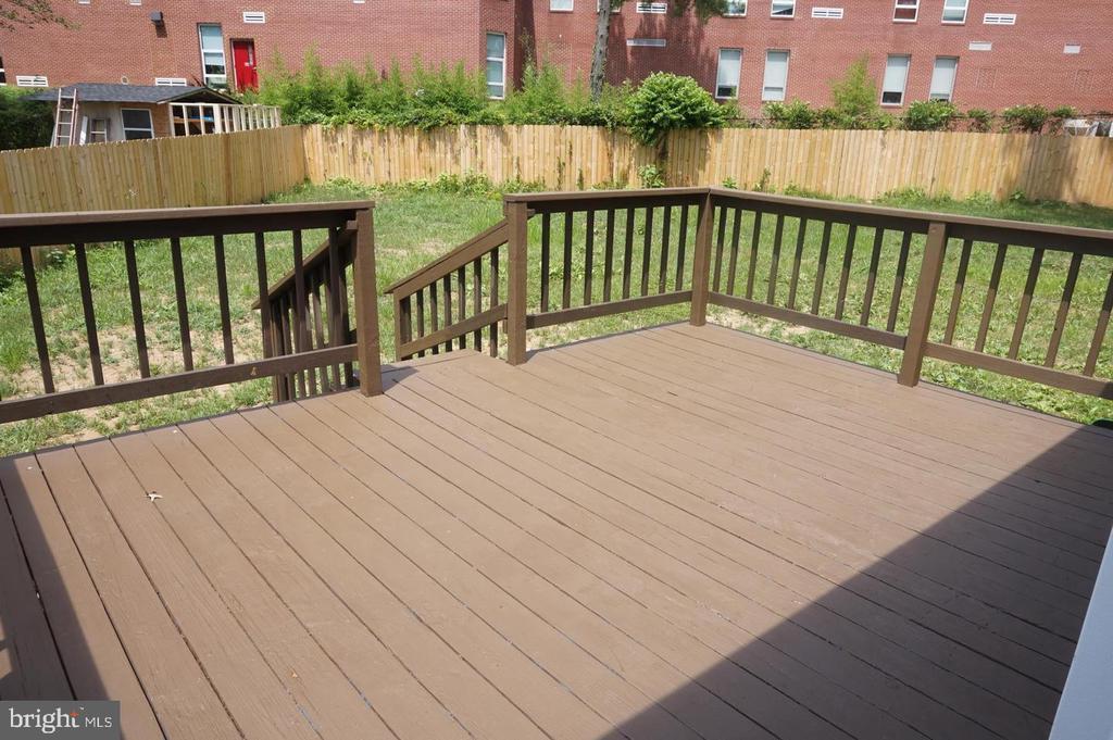 Huge deck with huge fenced backyard - 4756 POMPONIO PL, ANNANDALE