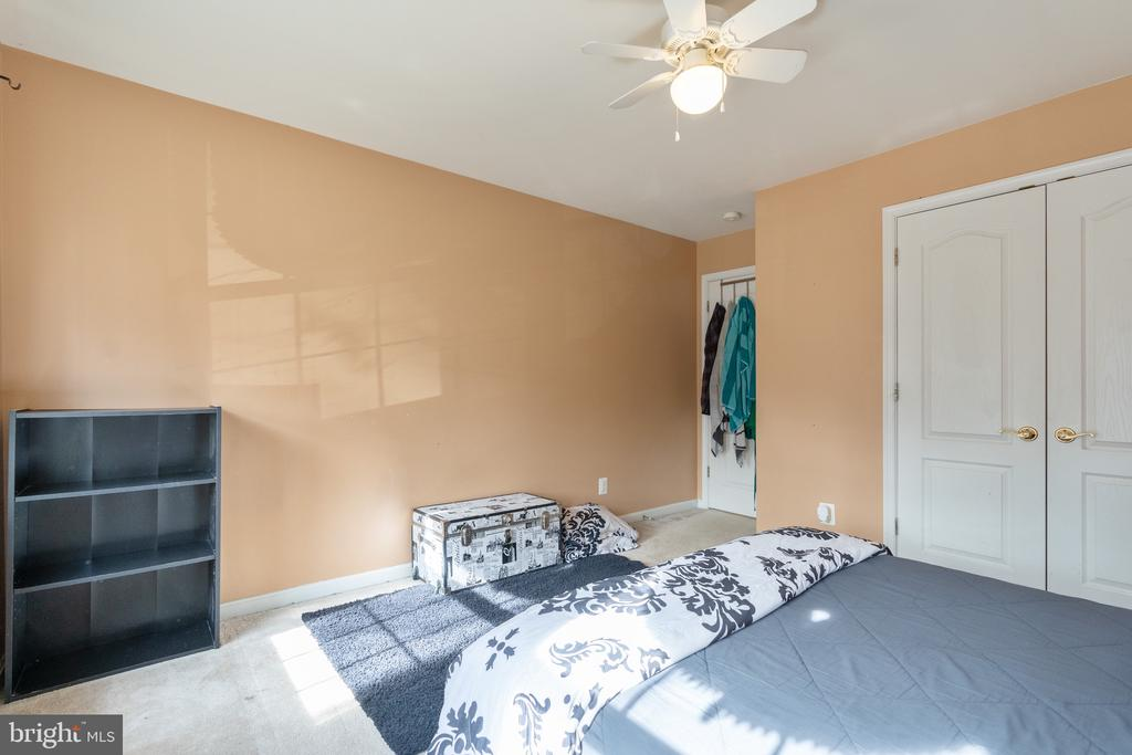 Large 3rd bedroom with queen size bed - 260 SPOTTED TAVERN RD, FREDERICKSBURG