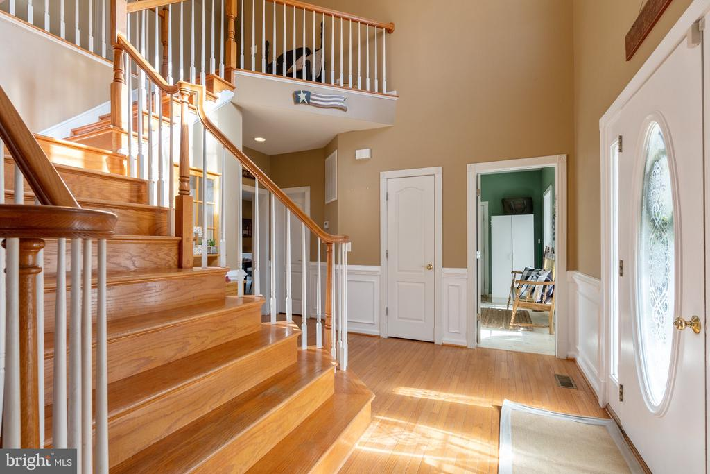 Beautiful 2 story foyer w/Hardwood staircase - 260 SPOTTED TAVERN RD, FREDERICKSBURG
