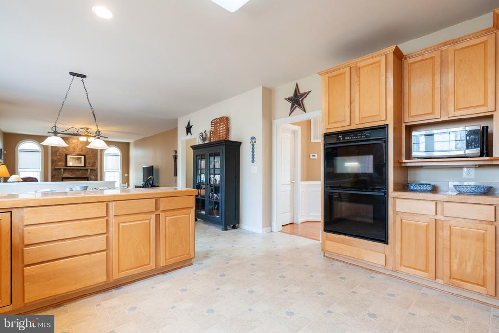 Kitchen open floor plan to family room - 260 SPOTTED TAVERN RD, FREDERICKSBURG