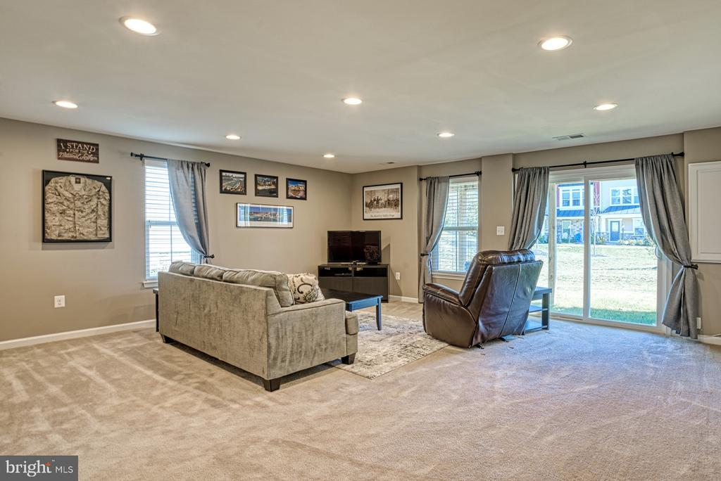 Large Family Room Leads to Backyard - 25056 MCCULLEY TER, ALDIE