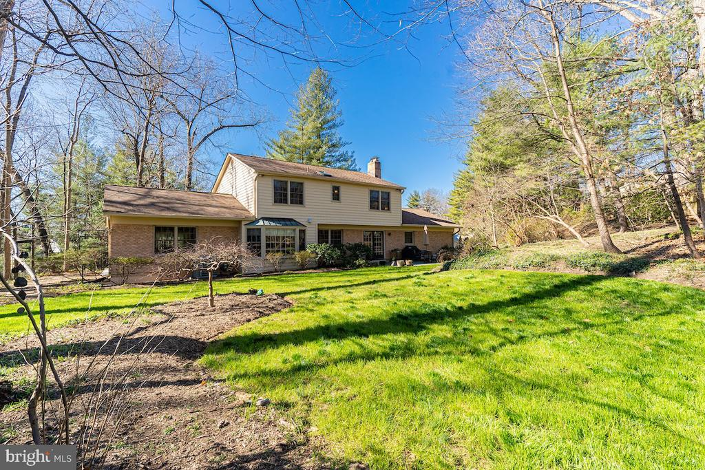 Plenty of space in this fenced-in yard! - 11905 VIEWCREST TER, SILVER SPRING