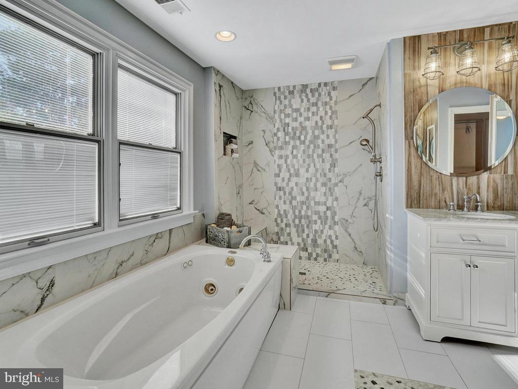 Master spa bath with separate shower - 1012 MERCER PL, FREDERICK