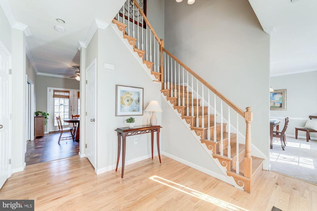 Inviting foyer with hardwood floors - 7102 BYRNELEY LN, ANNANDALE