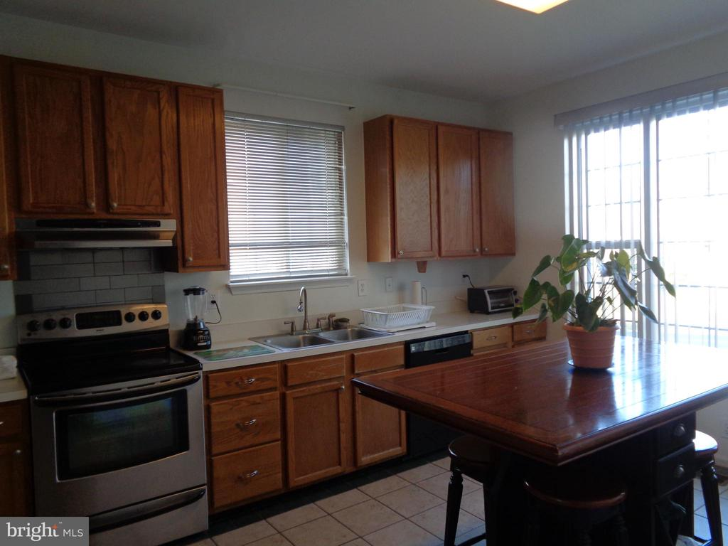 .Large window at end of kitchen - 12509 HAWKS NEST LN, GERMANTOWN