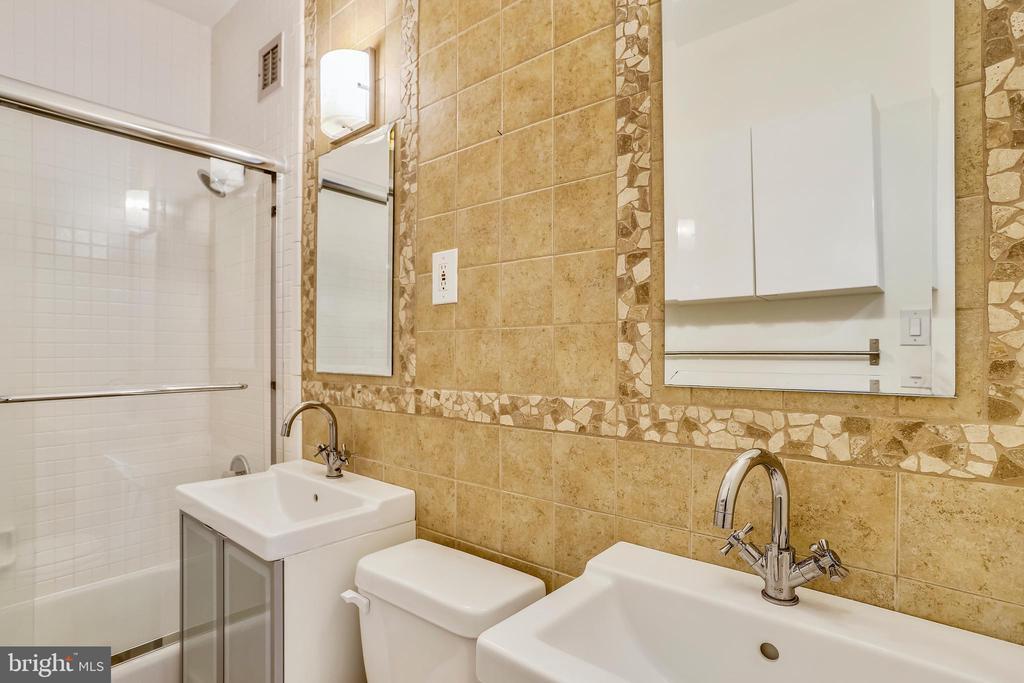 Updated Master Bathroom - 1121 ARLINGTON BLVD #1005, ROSSLYN